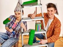 Réparez la famille par la maison heureuse de bâtiment de couples utilisant l'ordinateur portable blanc Photographie stock libre de droits