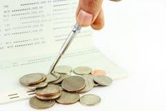 Réparez le carnet bancaire avec des pièces de monnaie dessus, bain thaïlandais Images libres de droits
