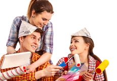 Réparez le groupe de personnes construisant à la maison utilisant des outils de rouleau de peinture photographie stock
