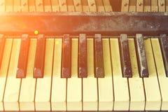 Réparez le vieux piano, les clés et les marteaux photo libre de droits