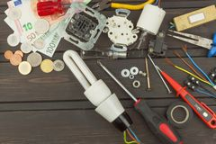 Réparez les lumières cassées Ampoule économiseuse d'énergie sur un fond foncé Ventes des ampoules La publicité sur la technologie Images libres de droits