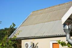 Réparez les tuiles de toit d'amiante avec de nouvelles feuilles Image stock