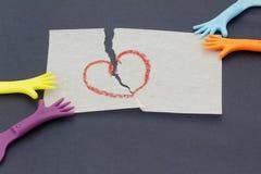 Réplica da mão que puxa o papel com símbolo do amor Fotografia de Stock