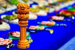 Réplica de madeira diminuta de Ashoka Stambha Um monumento indiano histórico antigo Cara Pliiar do leão de Ashoka, emblema nacion foto de stock royalty free
