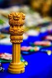 Réplica de madeira diminuta de Ashoka Stambha Um monumento indiano histórico antigo Cara Pliiar do leão de Ashoka, emblema nacion imagem de stock royalty free