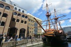 Réplica de traseiro dourado entrada em St Mary Overie Dock, Londres Fotos de Stock