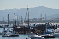 Réplique de La Pinta un des caravelles avec la quelle Amérique découverte par deux points dans Marina In Bayonne Nature, architec photographie stock libre de droits