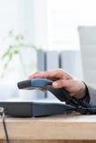Réponse d'homme d'affaires le téléphone Image libre de droits
