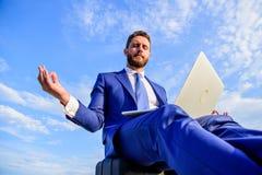 Réponse positive de séjour au client Le travail en ligne peut être ennuyeux Communication en ligne complètement de l'intimidation photographie stock