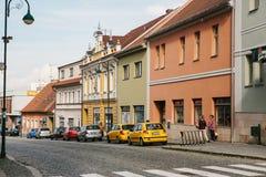 République Tchèque, Blatna, le 27 septembre 2017 : Une vue de la belle rue de ville avec une route s'est garée là-dessus en des v image libre de droits