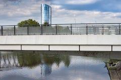 République Tchèque d'Olomouc le 25 août 2014, bâtiment de BEA Centrum se reflétant en rivière calme Morava ainsi qu'un pêcheur so Images stock