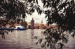 République Tchèque Le bateau sur la rivière de Vltava sur le fond de Charles Bridge à Prague 17 juin 2016 Photographie stock