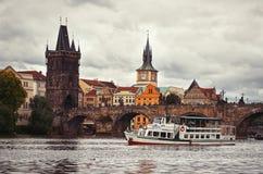 République Tchèque Le bateau sur la rivière de Vltava sur le fond de Charles Bridge à Prague 17 juin 2016 Image stock