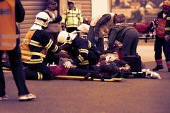 RÉPUBLIQUE TCHÈQUE, PLZEN, LE 30 NOVEMBRE 2015 : Une équipe de services médicaux de secours au travail, blessée sur une civière à Photo stock