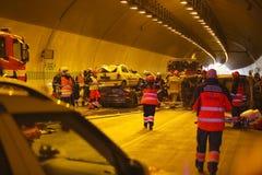 RÉPUBLIQUE TCHÈQUE, PLZEN, LE 30 SEPTEMBRE 2015 : Équipe de secours travaillant à un accident de voiture Image stock