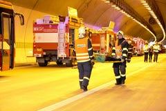 RÉPUBLIQUE TCHÈQUE, PLZEN, LE 30 SEPTEMBRE 2015 : Équipe de secours travaillant à un accident de voiture Photographie stock libre de droits