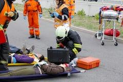 RÉPUBLIQUE TCHÈQUE, PLZEN, LE 30 SEPTEMBRE 2015 : Emporter de sapeurs-pompiers et de sauveteurs blessé sur une civière par l'acci Photographie stock libre de droits