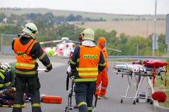RÉPUBLIQUE TCHÈQUE, PLZEN, LE 30 SEPTEMBRE 2015 : L'hélicoptère tchèque de délivrance évacuent blessé après un accident de voitur Image libre de droits