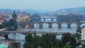 République Tchèque Prague égalisant le timelapse, visite de ville de pont de rivière banque de vidéos