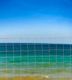 Réseau au-dessus des ondes de ciel bleu et de mer Image stock