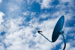 Réseau d'antenne parabolique sur le fond de ciel bleu Images libres de droits