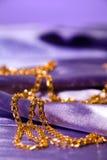 Réseau d'or sur la soie brillante Photographie stock libre de droits