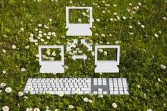 Réseau de petit ordinateur dans le jardin Photographie stock libre de droits