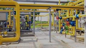 Réseau de pipe-lines à l'installation de production et de transformation de gaz naturel banque de vidéos