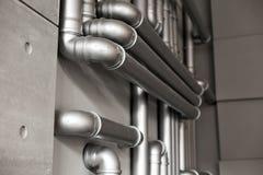 Réseau de pipe-lines argenté de concept dans l'usine de pétrole brut photo stock