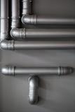 Réseau de pipe-lines argenté de concept dans l'usine de pétrole brut images stock