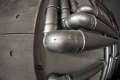 Réseau de pipe-lines argenté de concept dans l'usine de pétrole brut photos stock