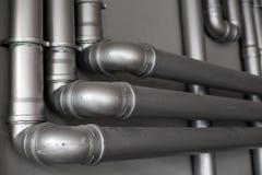 Réseau de pipe-lines argenté de concept dans l'usine de pétrole brut photographie stock