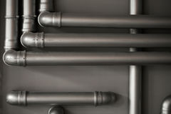 Réseau de pipe-lines argenté de concept dans l'usine de pétrole brut photos libres de droits