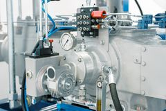 Réseau de pipe-lines d'un compresseur à gaz industriel puissant photographie stock libre de droits