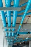 Réseau de pipe-lines sous le plancher photographie stock