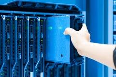 Réseau de serveur de difficulté d'homme dans la chambre de centre de traitement des données photo libre de droits