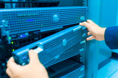 Réseau de serveur de difficulté d'homme dans la chambre de centre de traitement des données images libres de droits