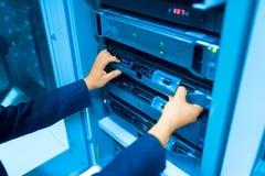 Réseau de serveur de difficulté d'homme dans la chambre de centre de traitement des données image stock