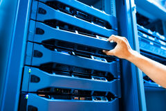 Réseau de serveur de difficulté de personnes dans la chambre de données images stock