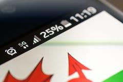 Réseau de Smartphone 5G charge de 25 pour cent et drapeau du Pays de Galles Image stock