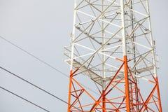 Réseau de technologie des communications de ciel d'antenne parabolique Photographie stock libre de droits