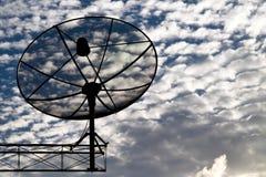 Réseau de technologie des communications d'antennes paraboliques avec le soleil et le nuage blanc à l'arrière-plan photographie stock