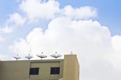 Réseau de technologie des communications de ciel bleu d'antenne parabolique Photo libre de droits