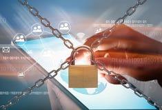 Réseau et cadenas en métal Photographie stock libre de droits