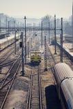 Réseau ferroviaire compliqué avec des lignes électriques et chariot de fret pour le maintanance de voie, jour ensoleillé, Smichov photos libres de droits