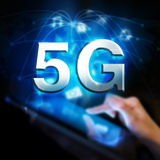 Réseau 5G global Femme retenant la tablette digitale Photographie stock libre de droits