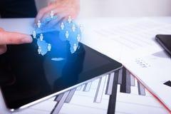 Réseau global d'homme d'affaires et échanges de données émouvants au-dessus du monde image stock
