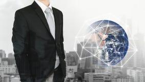 Réseau global et affaires globales internationales Homme d'affaires de double exposition et fond de ville avec la connexion résea photo stock