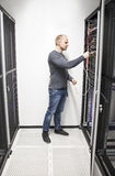 Réseau se reliant d'ingénieur informatique dans le datacenter Photos stock