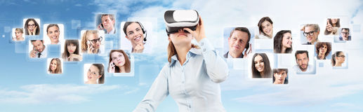 Réseau social et concept global de contact Port de femme virtuel Photo libre de droits